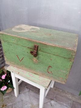 Mooie brocante houten kist in originele groene verf, afmetingen 33 x 59 x 32 cm