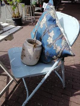 Set van 4 stoere stevige stoelen van pastel blauw ijzer, die je ook in kunt klappen en lekker zitten! Zithoogte 43 cm, prijs voor de set van 4 stuks