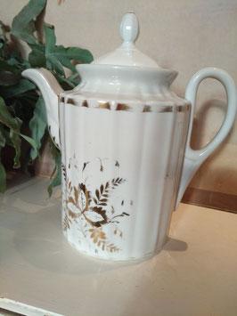 Prachtige antieke koffiepot van wit porselein met gouden decoratie. Datering 1880-1900, afmetingen 24 x 13 cm