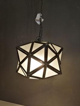 Mooie hanglamp van PTMD voorzien van ijzeren driehoeken met daarin gesatineerd glas. De ketting is in te korten, maximale hoogte 125 cm, 25 cm breed, prijs per stuk, 2 stuks beschikbaar