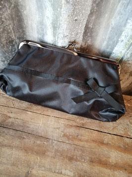 Leuke zwarte retro knip als beurs of make up tasje, afmetingen 11 x 21 cm