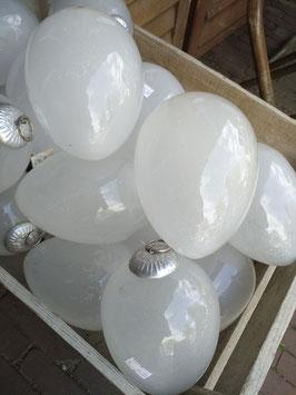 Grote glazen ornamenten van frosted glas wit 15 cm hoog, leuk in een schaal of mand, kunnen ook opgehangen worden.