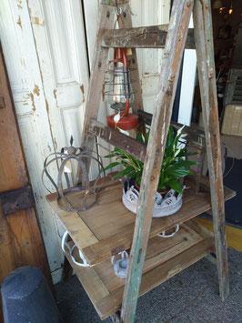Gave oude dubbele ladder, waarmee je voor binnen een mooi boekenrek of wandrek kunt maken! Of wat dacht je van een moestuin op niveau?? Hoogte 150 cm, breedte boven 40 cm, breedte onder 59 cm