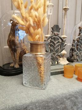 Mooie glazen flesvaas, met metalen gouden band. Afmetingen 18 x 10 cm, prijs per stuk