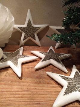 Mooie ster van hout en metaal in wit, 15 cm, prijs per stuk.