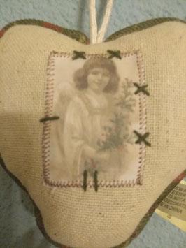 Lief linnen hart met nostalgische engel van stof, afmeting 10 cm, prijs per stuk.