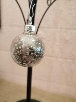 Leuke kerstballen van transparant glas, gevuld met veertjes. Ze zitten in een doos met zijn 6-en en zijn 4 cm hoog, prijs per set