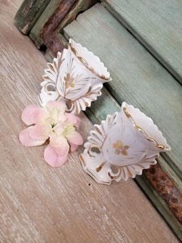 Set van 2 mooie antieke hoornvaasjes van Brussels porselein, leuk om een arrangement in te maken met droogbloemen