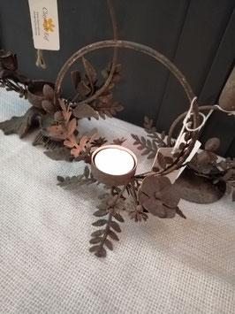 Mooie waxinelichthouder van gepatineerd metaal, met bloemen en blaadjes. Hoogte 19 cm, prijs per stuk