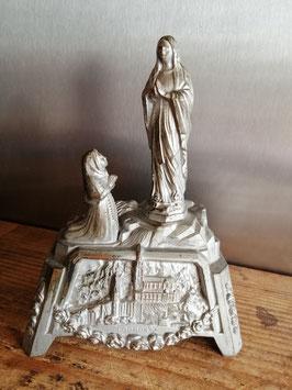 Lieflijk brocante Lourdes beeld van metaal, afmetingen 18 x 13 x 8 cm
