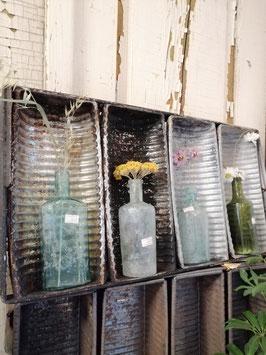 Gave oude bakkersvorm met 4 bakken, hier gestyled met droogbloemen, waxinelichtje, flesjes, schelpen en als wandkastje, afmetingen 5 x 60 x 30 cm, prijs per stuk