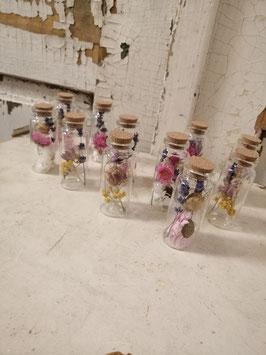 Glazen flesjes met droogbloemen en kurken stopje, hoogte 8 cm, prijs per stuk.