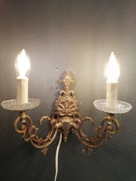 Mooie brocante wandlamp van gedetailleerd messing en glazen schoteltjes, afmetingen 26 x 31 x 17 cm