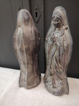 Leuk Mariabeeld van resin, grijs gepatineerd. Hoogte 28 cm, prijs per stuk