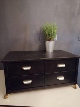 Mooie stoere zware houten salontafel op messing wielen, gitzwart, met 4 ruime lades. Afmetingen 37 x 78 x 49,5 cm