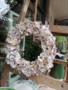 Krans met  oesterschelpen, diameter 32 cm, prijs per stuk