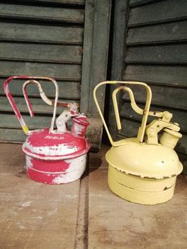Stoere brocante olie kan in rood of geel, afmetingen 20 x 18 cm, prijs per stuk
