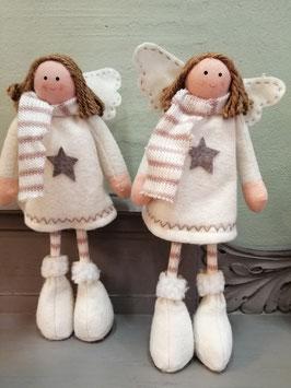 Koddige engelen van vilt en stof, die zelfstandig kunnen staan. Hoogte 28 cm, prijs per stuk