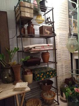 Stoer oud industrieel wandrek van ijzer, met diverse legplanken voor je slaapkamer, keuken, badkamer of gezellig buiten!