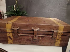 Mooie stoere oude kist van ijzer met mooi origineel patina, beslag en ingenieus sluitsysteem. Afmetingen 28 x 75 x 44 cm