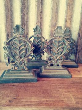 Mooi houten ornament in petrolblauw, afmetingen 28 x 18 x 8,5 cm, prijs per stuk,