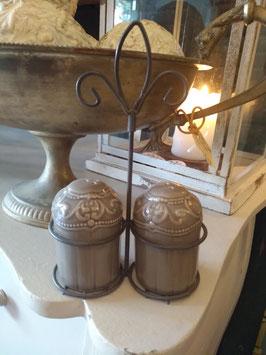 Leuk peper en zout stel taupe aardewerk in metalen houder