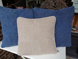 Mooie stone washed kussenhoes met gedetailleerd borduursel, in taupe . Afmetingen 40 x 40 cm, prijs per stuk