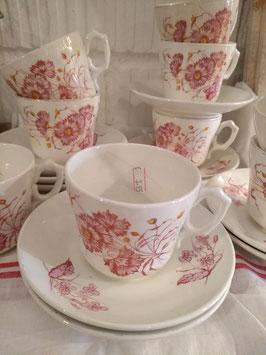 Set van 8 prachtige antieke kop en schotel Societe Ceramique Maestricht, met roze rode bloemen. Prijs is per kop en schotel.