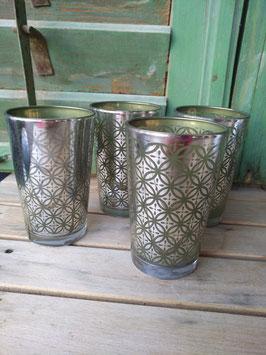 Mooi hoog waxinelicht van glas in groen met zilver, prijs per stuk.