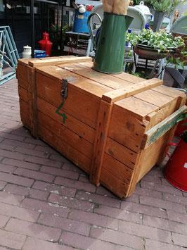 Grote stoere brocante kist van hout en stevig beslag, kun je lekker veel in opbergen of gebruiken als salontafel. Afmetingen 45 x 85 x 44 cm