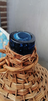 Mooie grote oude brocante handgevormde gistflessen in schitterende blauwe kleur, voorzien van rieten omhulsel, 50 x 35 cm, prijs per stuk