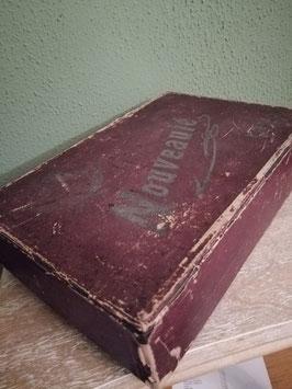 Mooie shabby antieke doos uit 1920, waar vroeger stalenboeken in zaten. Zie ook de leuke Oudhollandse tekst aan de binnenkant