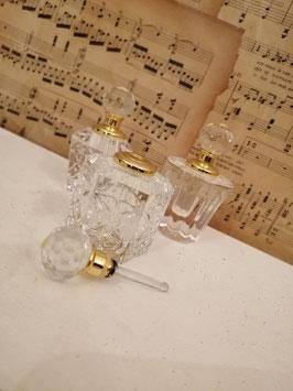 Chique parfumfles van glas met draaidopje en glazen staafje, in 3 verschillende modellen, hoogte 7 cm, prijs per stuk