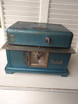Stoere ijzeren vintage prikklok van Burk, afkomstig van firma johe post Amsterdam, afmetingen 20 x 28 x 22 cm