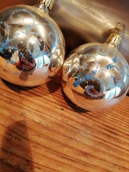 403 oude kerstbal zilver met blauwe glitter ornament, 6,5 cm, prijs per stuk.