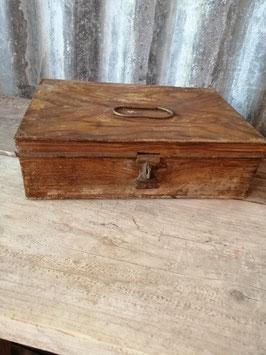 """Antieke blikken geldkist, die verfraaid is met een schildertechniek die """"houten"""" wordt genoemd. Afmetingen 8 x 24,5 x 16,5 cm"""