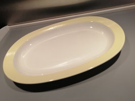 Brocante schaal Petrus Regout pastel geel, chip aan standring afmetingen 32,5 x 22 cm