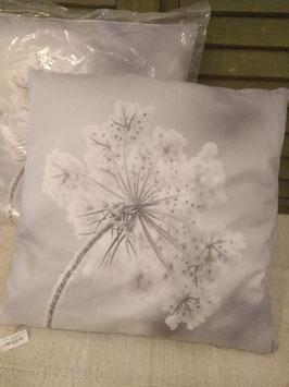 Prachtige kussens met zachte hoes, voorzien van mooie bevroren bloemen. Afmeting 45 x 45 cm, prijs per stuk.