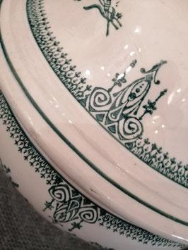 Prachtige Franse brocante terrine van St Amand, in hele goede staat. Mooi groen decor, beetje beboterd op de binnenring. Afmetingen 30 x 31 cm