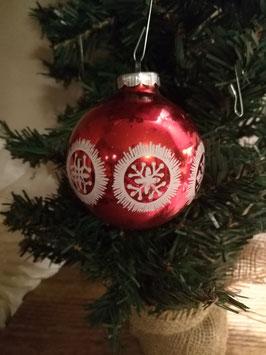 B086 oude kerstbal rood met witte sterren, 7 cm