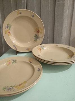 Petrus regout decor regina. Bijzondere kleur aardewerk, mooi decor, geproduceerd is ten tijde van de Duitse bezetting (1941 Set van 4 diepe borden diameter 24,5 cm en 2 ontbijtborden diameter 21,5 cm
