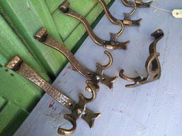 Mooie koperen kapstokhaken met 2 jashaken en 1 hoedenhaak. Afmetingen 14 x 9 cm, prijs per stuk.