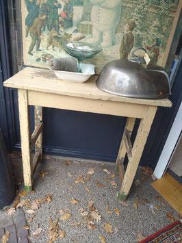 Te gek deze smalle brocante tafel, originele verf, mooi als side table of bureau tegen een wand, achter de bank / bed, midden in de keuken als werkeiland of onder een afdak. Afmetingen 75 x 80 x 39 cm