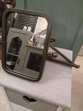 Mooie wandspiegel met scharnierende arm, rechthoekig model, totale lengte arm 43 cm, afmeting spiegel 23 x 16,5 cm.