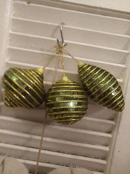 Set van 3 mooie onbreekbare kerstornamenten met groene pailletten en gouddraad, 8 cm hoog, prijs per set van 3.