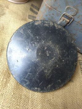 Mooie oude discus van hout, leuk bij je verzameling oude sportattributen! Afmetingen 17,5 cm