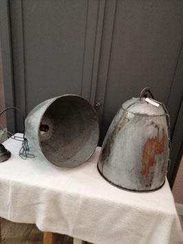 Stoere zinken hanglampen, met mooi patina, klinknagels. Afm. lamp 40 x 32 cm, ketting+ plafond plaat 120 cm, prijs per stuk. Gaaf boven een stoere eetkamertafel, kookeiland of keuken