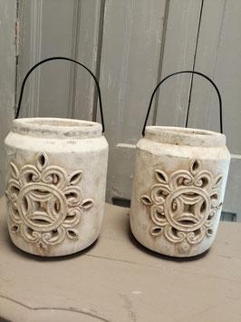 Stoere lantaarn van aardewerk, in 2 verschillende modellen. Afmetingen 19 x 15 cm, prijs per stuk