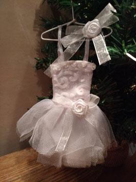 Schattig jurkje van wit voile en tule, hoogte 20 cm, prijs per stuk.