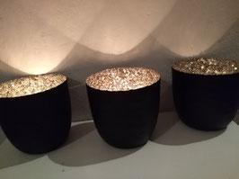 Mooi metalen windlicht mat zwart met zilver binnenzijde, afmeting 9,5 x 10 cm, prijs per stuk.